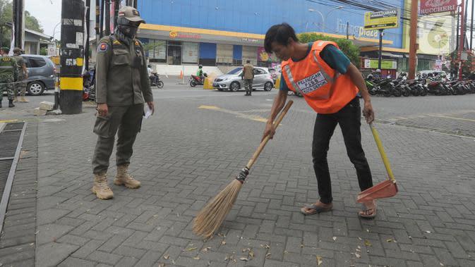 Belasan Pelanggar PSBB di Pasar Rawasari Disanksi Kerja Sosial dan Denda