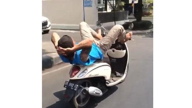6 Kelakuan Santai Orang Naik Kendaraan Ini Nyeleneh Banget (sumber: Instagram.com/receh.id)