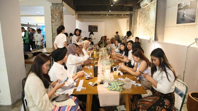Kerjasama Fimelahood dengan brand lokal Lekat ini digelar di sebuah restoran bernama Kopi Kalyan yang ada di Kebayoran Baru, Jakarta Selatan. (Adrian Putra/Fimela.com)