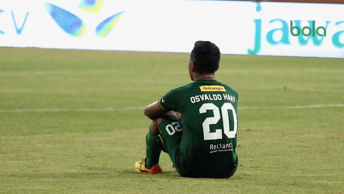 Penyerang Persebaya Surabaya, Osvaldo Haay tertunduk lesu begitu wasit meniup peluit panjang saat timnya berjumpa Madura United di Stadion Gelora Madura, Pamekasan, Kamis (27/6/2019). (Bola.com/Aditya Wany)