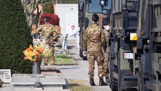 Konvoi truk militer yang membawa peti mati berisi jasad korban virus corona COVID-19 dari Bergamo tiba di Ferrara, Italia, Sabtu (21/3/2020). Jumlah total kasus COVID-19 di Italia naik menjadi 53.578 dari sebelumya 47.021. (Massimo Paolone/LaPresse via AP)