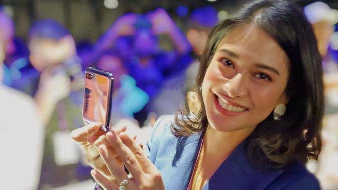 Dian Sastrowardoyo memegang Samsung Galaxy Z Flip Mirror Purple di San Francisco, California, Amerika Serikat. Foto: Dokumen Pribadi Dian Sastrowardoyo