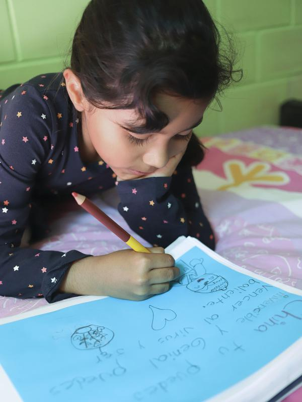 Shanti Itze, seorang anak perempuan Meksiko berusia 7 tahun, membuat gambar untuk mendukung perjuangan China melawan coronavirus baru di Mexico City, Meksiko, (10/2/2020). (Xinhua/Sunny Quintero)
