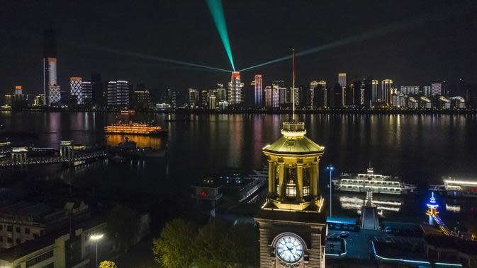 Pemandangan malam hari di Kota Wuhan, Provinsi Hubei, China, 7 April 2020. Wuhan mencabut larangan perjalanan keluar mulai 8 April 2020 setelah penerapan karantina wilayah (lockdown) selama hampir 11 pekan untuk membatasi penyebaran virus corona COVID-19. (Xinhua/Shen Bohan)