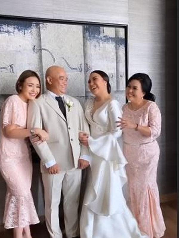 Amanda Monopo ditemani Billy Syahputra di pernikahan kakaknya. (Sumber: Instagram/@amandamanopo)