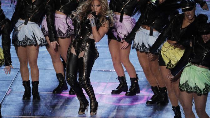 Jennifer Lopez dalam pertunjukan halftime show NFL Super Bowl 2020. (AP Photo/Charlie Riedel)