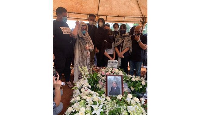 6 Momen Ivan Gunawan Temani Mendiang Ayah Hingga Dimakamkan, Berusaha Tegar (sumber: Instagram.com/ruben_onsu)