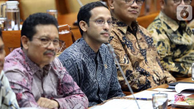 Menteri Pendidikan dan Kebudayaan (Mendikbud), Nadiem Makarim (kedua kiri) mengikuti rapat kerja dengan Komisi X DPR di Kompleks Parlemen Senayan, Jakarta, Rabu (6/11/2019). Rapat membahas soal perkenalan dan membahas program kerja. (Liputan6.com/Johan Tallo)