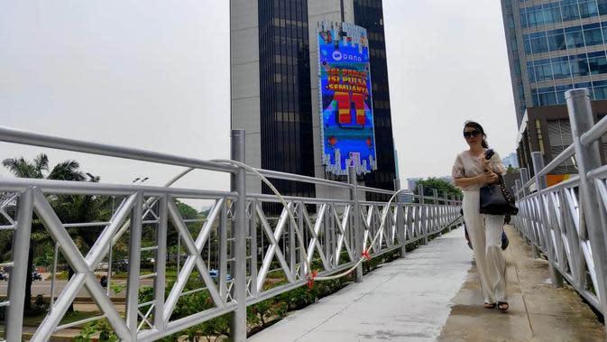 Atap jembatan penyeberangan orang (JPO) di kawasan Jalan Sudirman dibuka Pemprov DKI Jakarta. (Liputan6.com/Rizki Putra Aslendra)