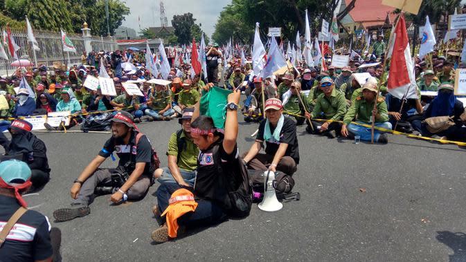 Puluhan ribu buruh pabrik kertas di Riau berunjuk rasa di depan rumah Gubernur Riau. Mereka menyuarakan kegundahan atas ancaman PHK. (Liputan6.com/M Syukur)