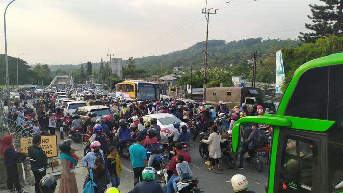 Arus lalu lintas jalur Puncak Bogor macet parah di kedua arah. (Achmad Sudarno/Liputan6.com)