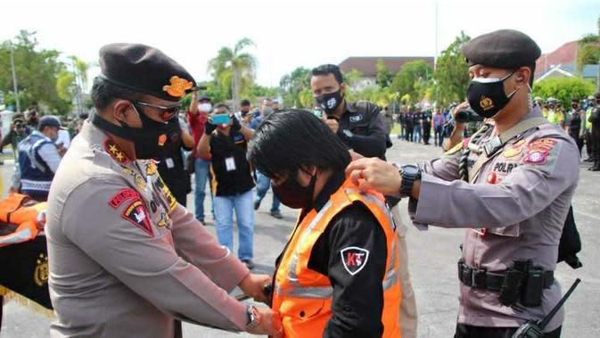 Kapolda Kalimantan Tengah Irjen Dedi Prasetyo memberikan rompi khusus jurnalis agar tidak menjadi korban kekerasan dari aparat saat meliput demo. (dok Polda Kalteng)