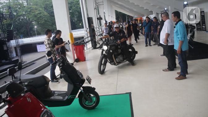 Pengunjung melihat motor modifikasi saat dikendarai dalam pemeran IIMS Motobike Expo 2019 di Istora Senayan, Jakarta, Jumat (29/11/2019). IIMS Motobike Expo 2019 digelar pada 29 November-1 Desember 2019. (Liputan6.com/Faizal Fanani)