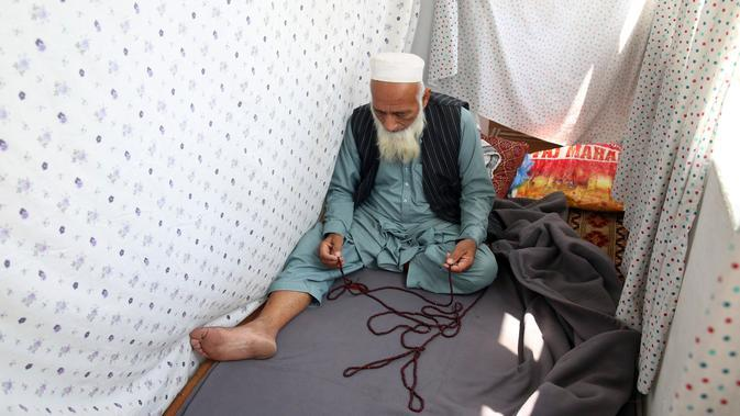 Seorang Muslim berdoa di masjid selama Itikaf, sepuluh hari terakhir bulan puasa Ramadan, di Kabul, Afghanistan, Sabtu, (16/5/2020). Umat Muslim melakukan Itikaf 10 hari terakhir bulan Ramadan, dalam rangka meraih malam kemuliaan atau Lailatul Qadar. (AP Photo/Rahmat Gul)