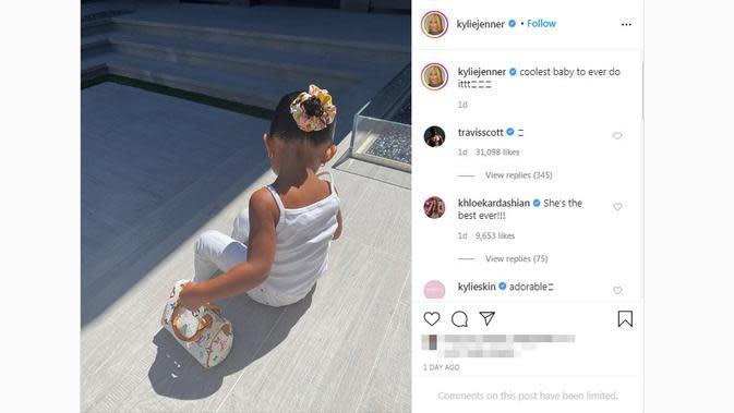 Putri Kylie Jenner, Stormi Webster, tampil dalam balutan outfit serba putih dan tas dari Louis Vuitton. (dok. Instagram @kyliejenner/https://www.instagram.com/p/CCq1vCvnyWA/?hl=en/Putu Elmira)