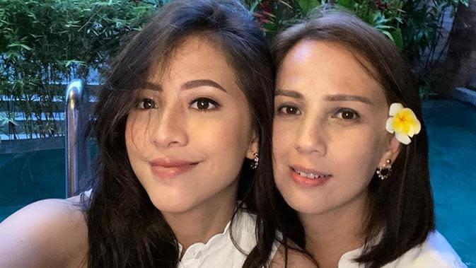 Potret kompak Zara dan ibunya, bak kakak-adik. (Sumber: Instagram/@mrssaladin)