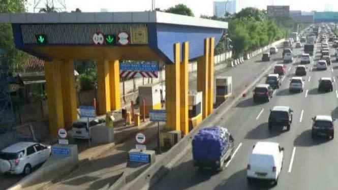 Lari dari Kejaran Polisi, Sebuah Mobil Terjang Pintu Tol di Malang