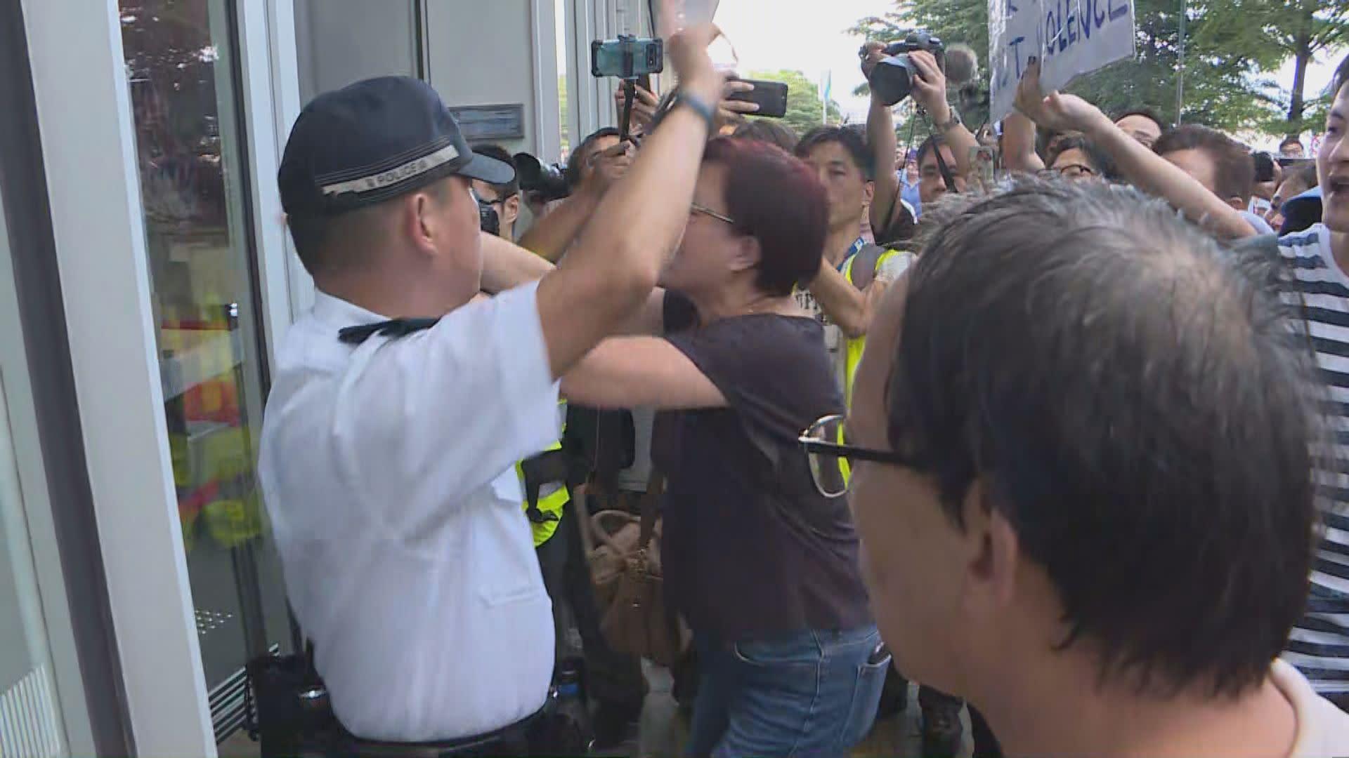 撐警集會 警拘61歲女子涉襲擊記者