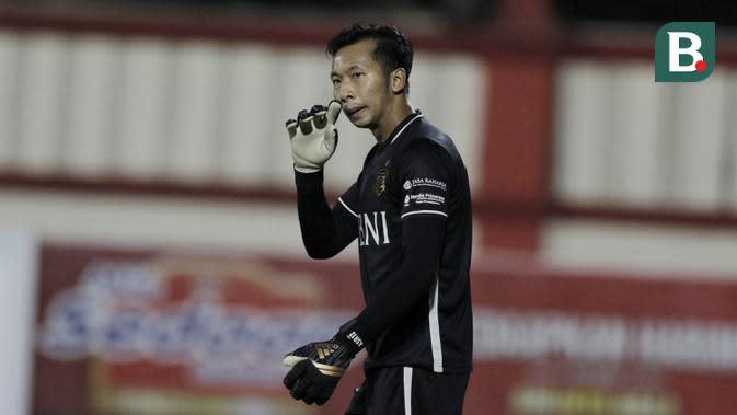 Kiper Bhayangkara FC, Awan Setho, saat melawan Mitra Kukar pada laga Liga 1 di Stadion PTIK, Jakarta, Kamis (17/5/2018). Bhayangkara FC menang 1-0 atas Mitra Kukar. (Bola.com/M Iqbal Ichsan)