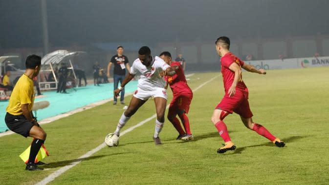 Duel Kalteng Putra vs PSM di Stadion Tuah Pahoe, Palangkaraya, Minggu (10/11/2019). (Bola.com/Abdi Satria)