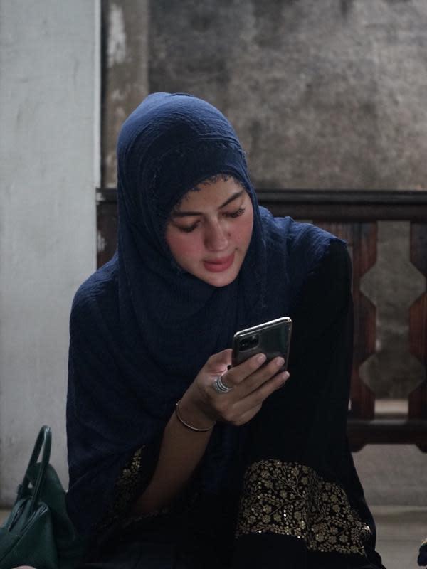 Tampil beda dengan hijab di aqiqah anak, Ini potret Paula Verhoeven saat pakai hijab. (Daniel Kampua/Fimela.com)