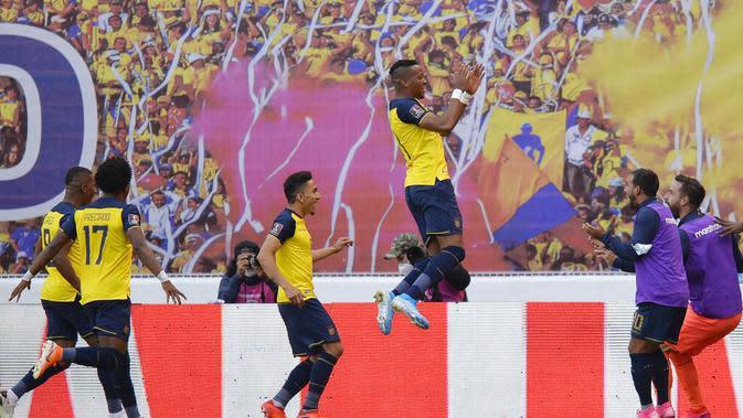 Pemain Ekuador, Michael Estrada, melakukan selebrasi usai mencetak gol ke gawang Uruguay pada laga kualifikasi Piala Dunia 2022 di Stadion Casa Blanca, Rabu (14/10/2020). Ekuador menang dengan skor 4-2. (Rodrigo Buendia/Pool via AP)