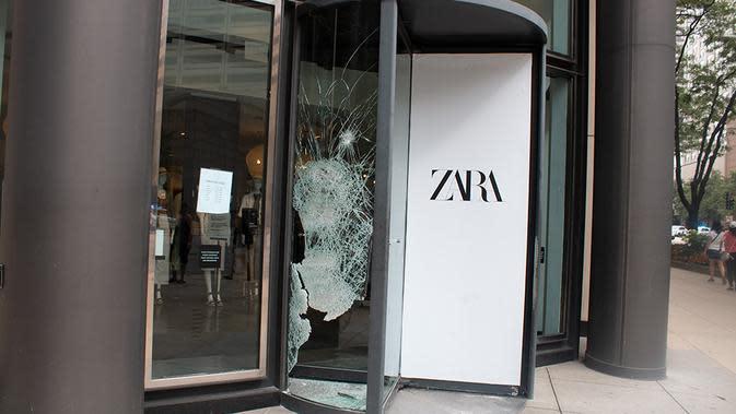 Kaca toko yang pecah di pusat kota Chicago, Amerika Serikat (AS) (10/8/2020). Dua orang ditembak, lebih dari 100 lainnya ditangkap, dan 13 petugas polisi terluka dalam aksi penjarahan dan perusakan luas yang terjadi pada Senin (10/8) pagi waktu setempat di pusat kota Chicago. (Xinhua/Alan Ruffin)