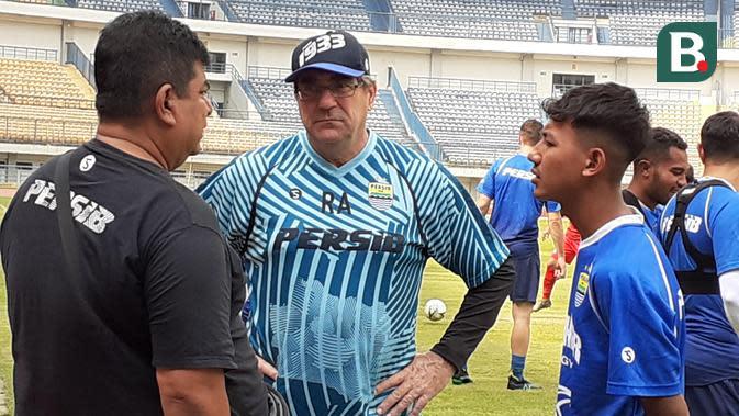 Pelatih Persib Bandung, Roberts Rene Alberts tampak sedang berbincang dengan pemain dan staf kepelatihan. (Bola.com/Erwin Snaz)