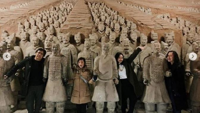 Gita Gutawa potret bersama keluarga di Terracotta Army di Xian, China (Dok.Instagram/@gitagut/https://www.instagram.com/p/B6-c_VqFXEO/Komarudin)