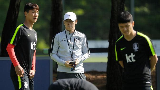 Kepala pelatih timnas Korea Selatan Shin Tae-yong (tengah) menyaksikan para pemainnya berlatih untuk menghadapi Piala Dunia 2018 di National Football Centre di Paju, Korea Selatan, Rabu (23/5). (AP Photo/Lee Jin-man)