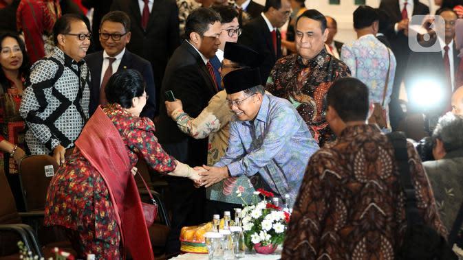 Wapres ke-10 dan 12 Jusuf Kalla bersalaman dengan Presiden ke-5 RI Megawati Soekarnoputri saat menghadiri acara penganugerahan gelar kehormatan Doktor Honoris Causa Dr. HC. Puan Maharani dari Universitas Diponeoro, Semarang, Jawa Tengah, Jumat (14/2/2020). (Liputan6.com/Johan Tallo)