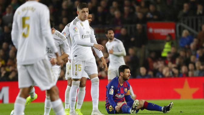 Striker Barcelona, Lionel Messi, terduduk lesu saat laga melawan Real Madrid pada laga La Liga 2019 di Stadion Camp Nou, Rabu (18/12). Kedua tim bermain imbang 0-0. (AP/Emilio Morenatti)