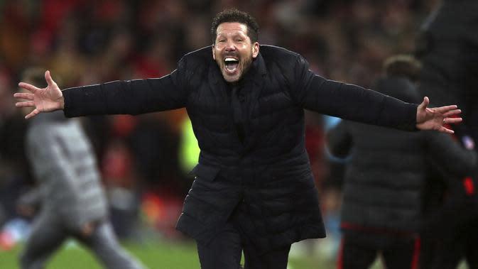 Pelatih Atletico Madrid, Diego Simeone berselebrasi setelah Marcos Llorente mencetak gol kedua timnya melawan Liverpool pada leg kedua babak 16 besar Liga Champions di di stadion Anfield, Inggris (12/3/2020). Atletico menang atas 3-2 atas Liverpool dengan agregat 4-2. (Peter Byrne/PA via AP)