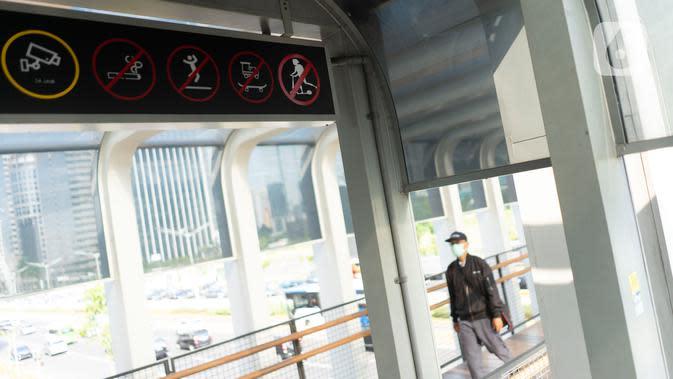 Rambu larangan melintas untuk skuter listrik terpasang di Jembatan Penyeberangan Orang (JPO) Bundaran Senayan, Jakarta, Jumat (15/11/2019). Rambu tersebut untuk mengantisipasi adanya penguna skuter listrik yang masuk ke JPO. (Liputan6.com/Immanuel Antonius)