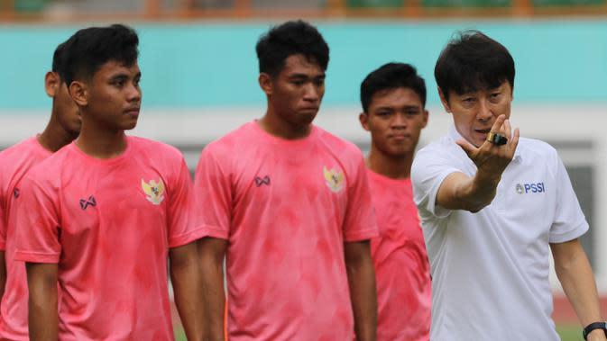 Manajer pelatih Timnas Indonesia, Shin Tae-yong, memberikan arahan saat latihan Timnas U-19 di Stadion Wibawa Mukti, Senin (13/1/2020). Pria asal Korsel ini menjalankan tugas perdananya dengan memantau dan memberikan arahan di seleksi timnas U-19. (Bola.com/M Iqbal Ichsan)
