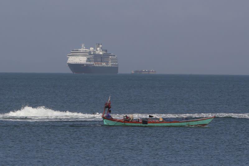 Kapal pesiar berlabuh di Kamboja setelah ditolak sejumlah negara