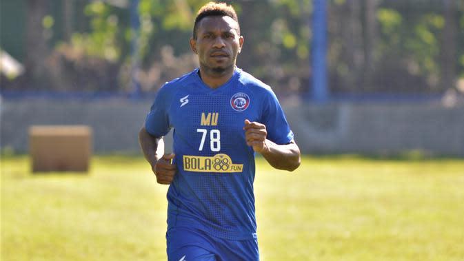 Pemain sayap Arema, Mariando Uropmabin Djonak. (Bola.com/Iwan Setiawan)