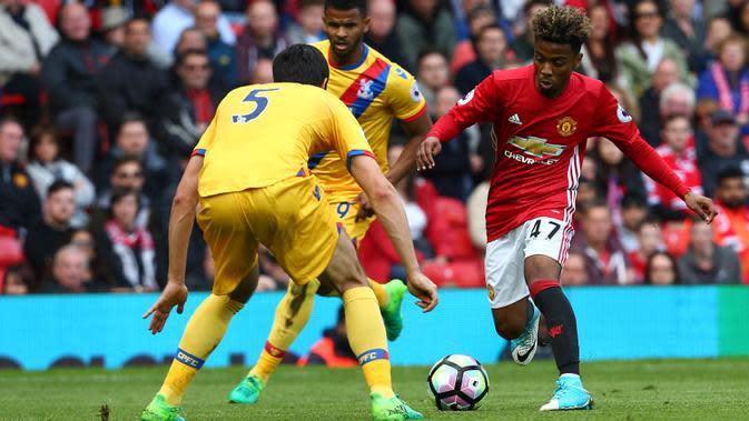 Gelandang Manchester United, Angel Gomes, berusaha melewati bek Crystal Palace, James Tomkins, pada laga Premier League di Stadion Old Trafford, Inggris, Minggu (21/5/2017). MU menang 2-0 atas Palace. (EPA/Tim Keeton)