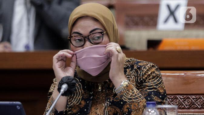 Menteri Ketenagakerjaan Ida Fauziyah mengikuti rapat kerja dengan Komisi IX DPR di Kompleks Parlemen, Senayan, Jakarta, Rabu (8/7/2020). Rapat tersebut membahas mengenai perlindungan Pemerintah terhadap ketahanan struktur ketenagakerjaan saat Pandemi Covid-19. (Liputan6.com/Johan Tallo)