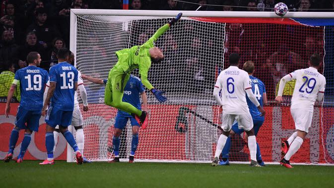 Peluang Lyon digagalkan kiper Juventus. (Dok. UEFA Champions League)