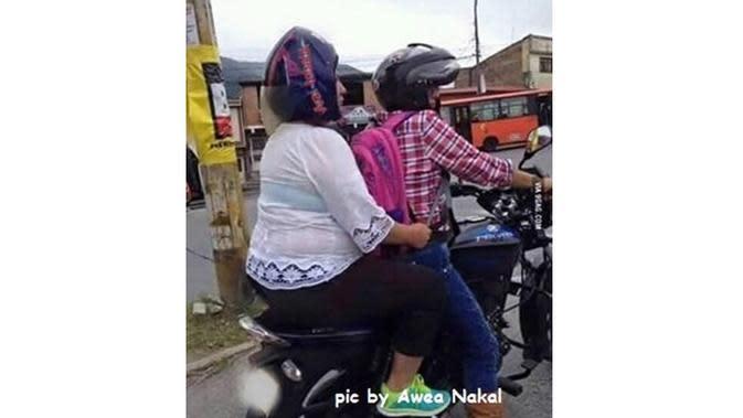 6 Kelakuan Cewek saat Pakai Helm di Jalan Ini Kocak (sumber: FB Awea Nakal)
