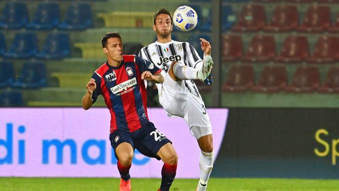 Pemain Juventus, Rodrigo Bentancur, berebut bola dengan pemain Crotone, Luca Siligardi, pada laga Liga Italia di Stadion Ezio Scida, Minggu (18/10/2020). Kedua tim bermain imbang 0-0. (Francesco Mazzitello/LaPresse via AP)