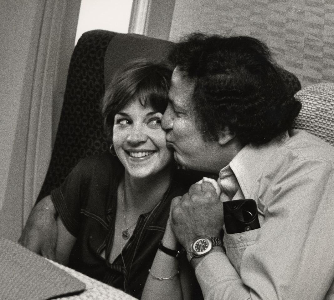 <p>Cindy Williams of <em>Laverne & Shirley</em> and Ron Galella cozy up aboard a flight in 1977.</p>