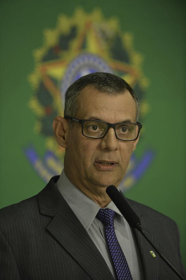 O porta-voz da Presidência da República, Otávio do Rêgo Barros, fala à imprensa, no Palácio do Planalto.