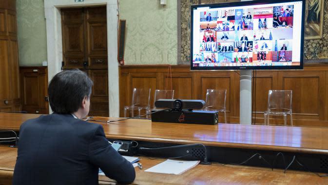 Perdana Menteri Italia Giuseppe Conte saat mengikuti KTT Luar Biasa G20 secara virtual dari Istana Chigi di Roma, Italia, Kamis (26/3/2020). Para pemimpin dunia mengkoordinasikan respons global terhadap pandemi virus corona COVID-19. (Handout/Palazzo Chigi press office/AFP)