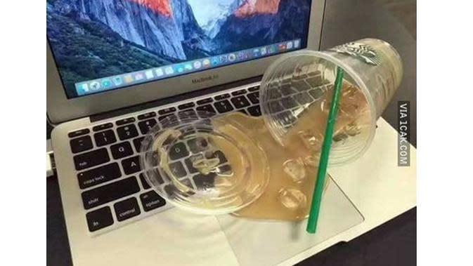 6 Momen Apes Laptop Ketumpahan Makanan Ini Bikin Nyesek (sumber:1cak.com)