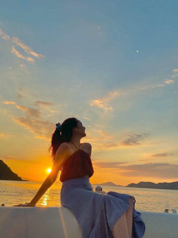 Dalam liburan kali ini pun momen menikmati matahari tenggelam di pinggir pantai jadi indah. Dengan warna langit memancarkan warna jingga, Beby Tsabina pun terlihat memesona saat berfoto dengan latar belakang tersebut. (Liputan6.com/IG/@bebytsabina)