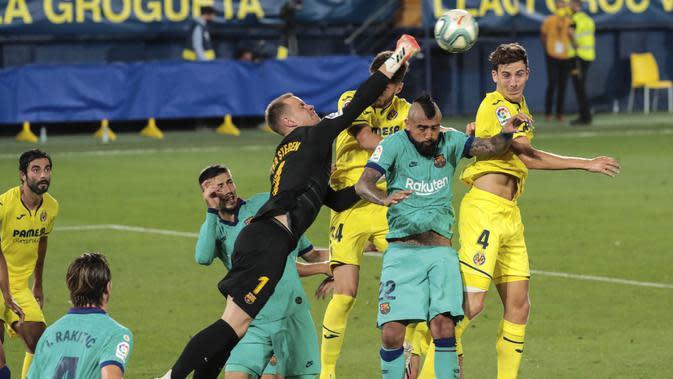 Kiper Barcelona, Marc-Andre ter Stegen, menghalau bola saat melawan Villareal pada laga La Liga di Stadion Estadio de la Ceramica, Minggu (5/7/2020). Barcelona menang 4-1 atas Villareal. (AFP/Jose Jordan)