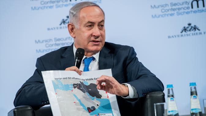 PM Israel Benjamin Netanyahu menunjukkan peta Timur Tengah saat diskusi panel di Konferensi Keamanan Munich (18/2). Netanyahu menyatakan Israel bisa bertindak langsung melawan Iran. (AFP/ MSC Munich Security Conference / Lennart Preiss)