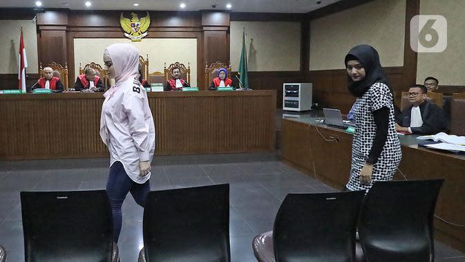 Artis Jennifer Dunn (kiri) saat menjadi saksi dalam sidang TPPU dan korupsi alkes di Pemprov Banten dan Pemkot Tangsel dengan terdakwa Tubagus Chaeri Wardana di Pengadilan Tipikor, Jakarta, Kamis (12/3/2020). Sidang beragendakan mendengar keterangan saksi JPU KPK. (Liputan6.com/Herman Zakharia)